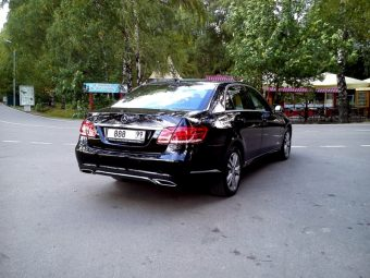 Черный седан Мерседес E212 AMG