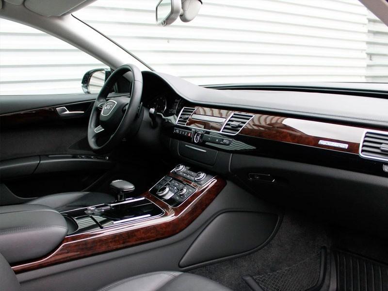 Серый кожаный салон и деревянные вставки на панели Ауди А8