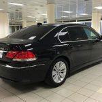 Черный седан БМВ 750 Li