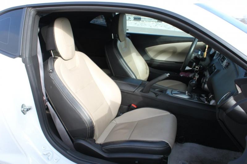 Кожаный салон автомобиля автомобиль Шевроле Камаро