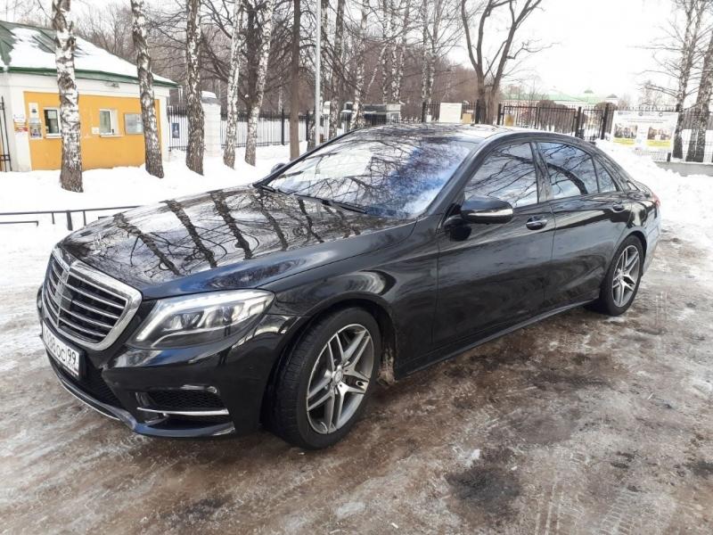 Шикарный черный автомобиль Мерседес S-222