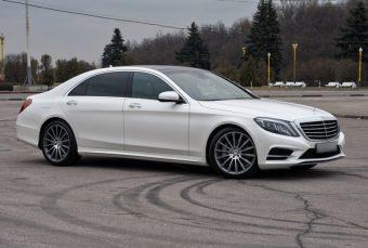 Белый Mercedes-Benz W222, седан